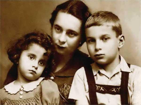 Nichita împreuna cu mama sa (Tatiana) și sora sa (Mariana)