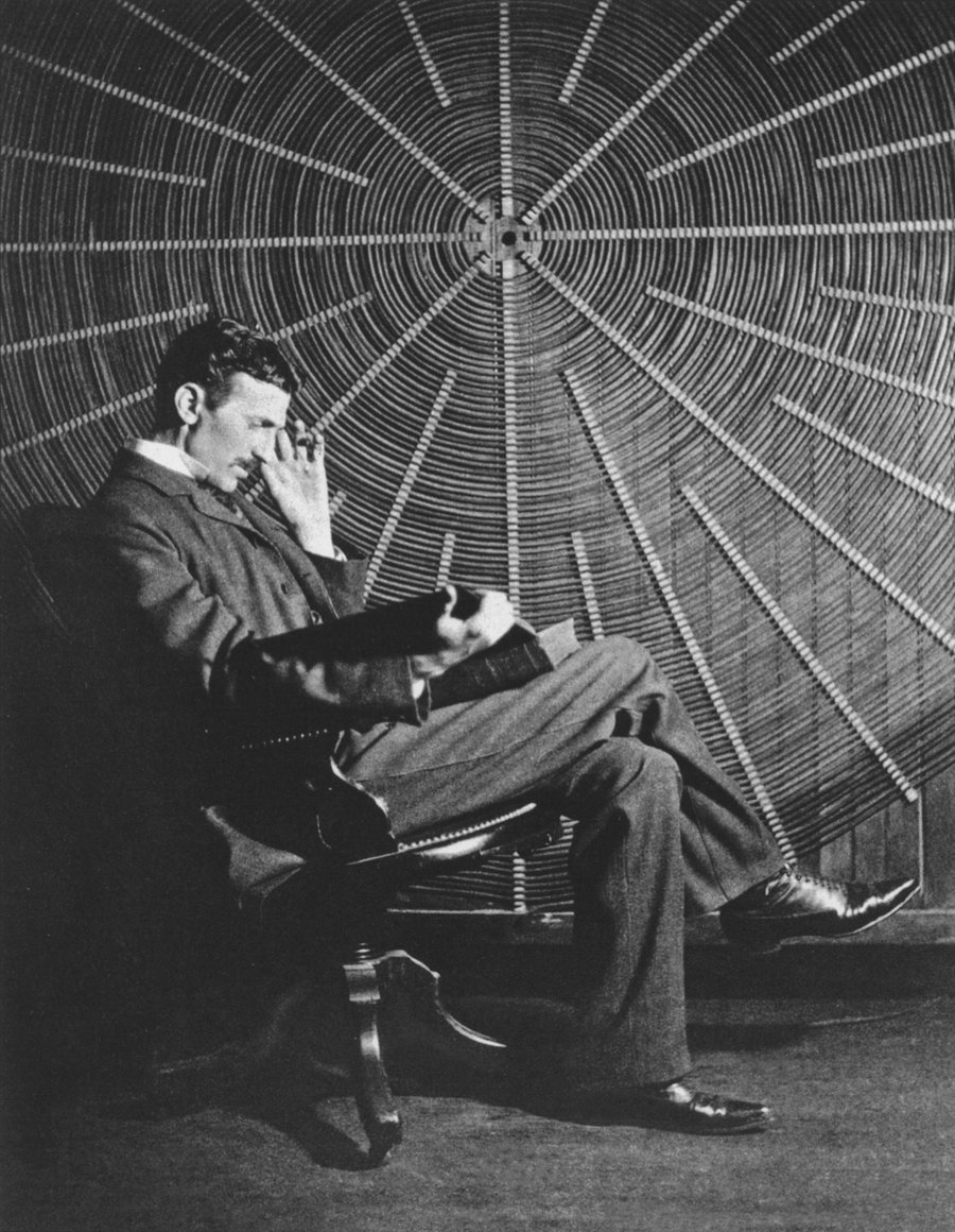 Nikola-Tesla-seated